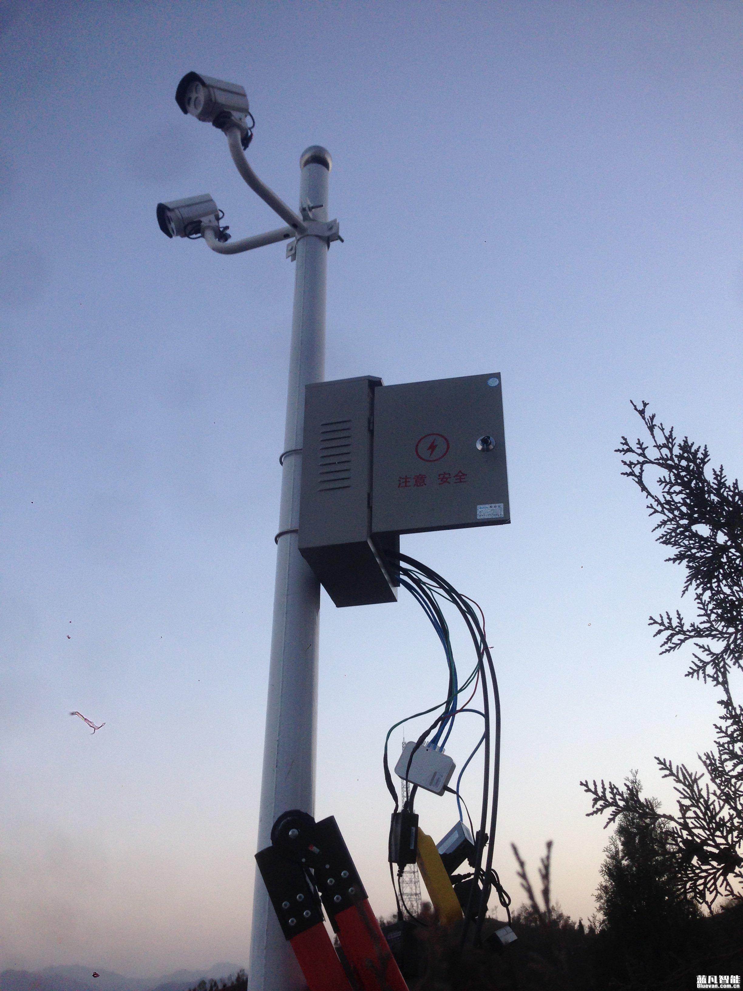 胡家河煤矿铁路运营分公司安防监控系统安装工程案例,采用光纤传输距离约3公里,球机监控设备自动巡航和人脸识别聚焦模式,服务器终端连接2台电脑客户端,布置两个终端进行观看实时画面及回放录像,咸阳监控安装精品工程案例。  监控球型摄像头拍摄画面,360度球型摄像头拍摄监控画面。位置:运营处2楼机房外。
